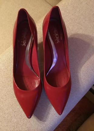 Красные лаковые туфли лодочки geox кожа на небольшом каблуке