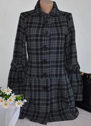 Брендовое шерстяное демисезонное пальто с карманами в клетку numph