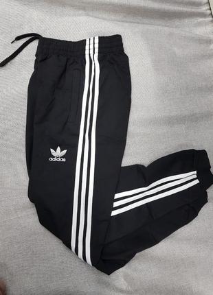 Спортивные штаны adidas чёрные зауженные унисекс брюки1 фото