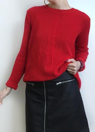 Красный свитер с красивой спинкой