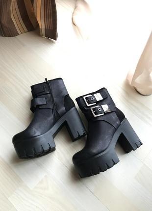 Супер ботинки на тракторной подошве! очень удобный и устойчивый каблук, размер 38,39
