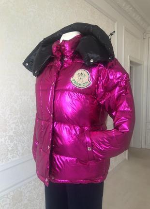 Куртка модель moncler ярко малиновая с чёрным блестящая s m с капюшоном