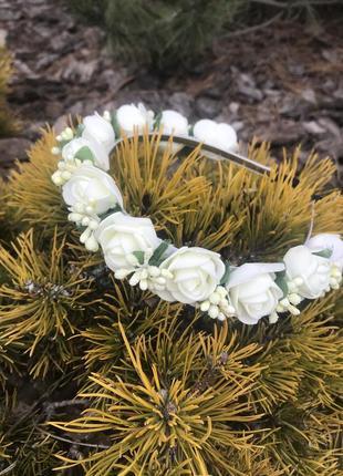 Обруч с белыми цветами для девочки