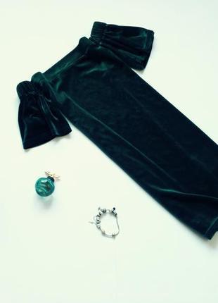 Темно-зеленое бархатное платье с открытыми плечами boohoo