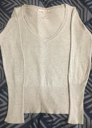 Трендовая женская кофта с v-образным глубоким вырезом.