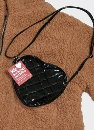Сумка маленькая с длинными ручками сердце лаковая черная виниловая сердечко милая