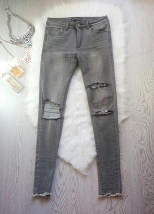Серые джинсы скинни узкачи высокая талия с дырками на коленях необработанным низом