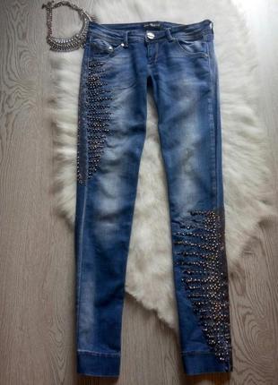 Светлые голубые синие джинсы со стразами камнями шипами украшениями скинни декорированы