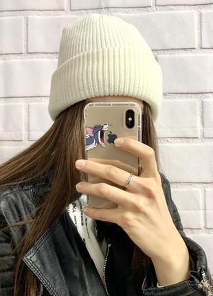 Крутая белая базовая шапка с подворотом
