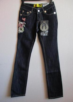Sale -50%! темно-синие джинсы украшенные вышивкой