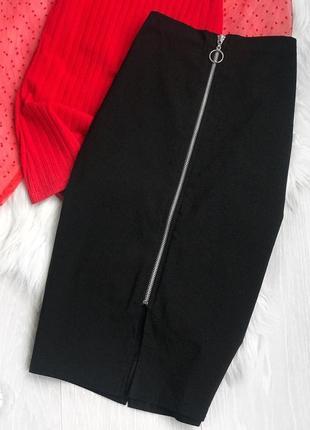 Актуальная трендовая чёрная облегающая юбка миди на змейке спереди