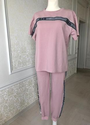 Костюм прогулочны пудровый розовый модель dolce&gabbana. s m