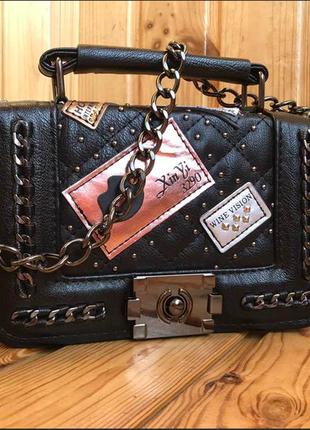 Супермодная  маленькая сумочка с лейбами , экокожа