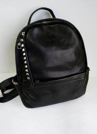 Кожаный женский рюкзак с заклёпками