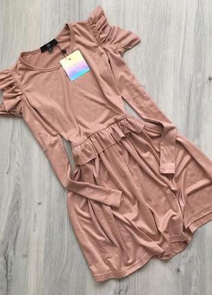 Оригинальное платье с оголенными плечами missguided