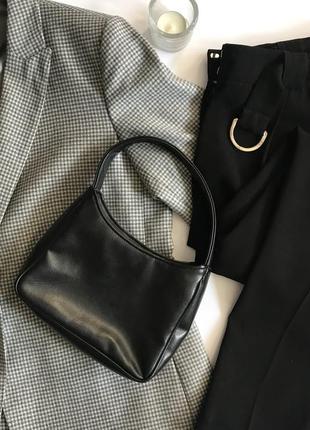 Чёрная маленькая сумка с короткими ручками