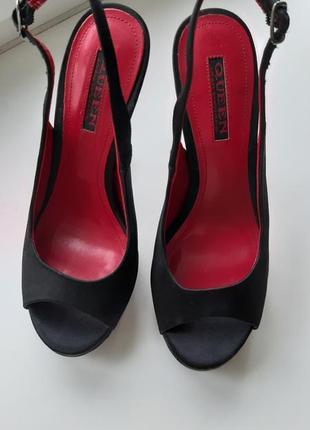 Босоножки из сатина на высоком каблуке.