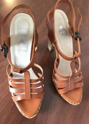 Удобные элегантные босоножки коричнево-рыжего  цвета на высоком каблуке