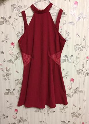 Бордовое платье с кружевными вставками