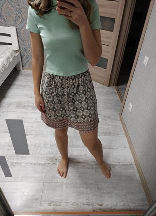 Легкая летняя юбка в принт впереди на пуговицах