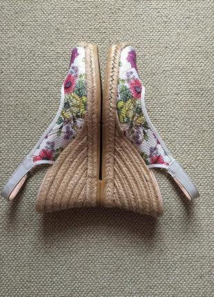 В новом состоянии босоножки туфли на танкетке