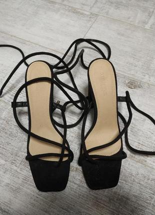 Актуальные босоножки в стиле минимализм на завязках толстый каблук