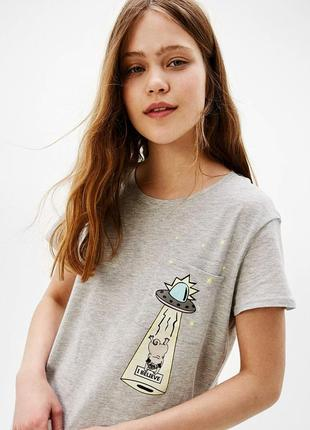 Серая футболка с нло и мопсом от bershka