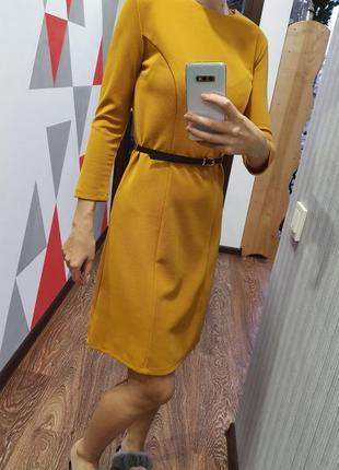 Платье горчичного цвета с поясом