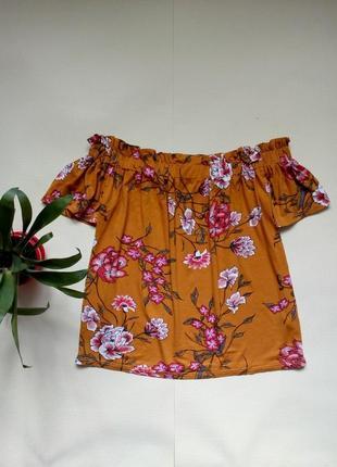 Яркая блуза с открытыми плечами