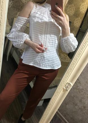 Белая блузка с открытыми плечами