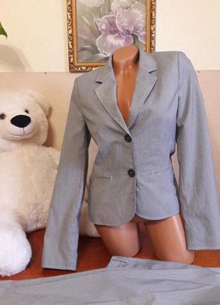 Чудесный костюм в полоску!