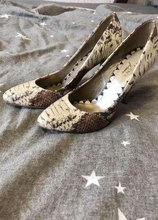 Стильные туфли-лодочки с эффектом змеиной кожи