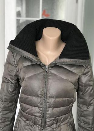 Стильная куртка с высоким воротом на зиму пух перо хаки mango