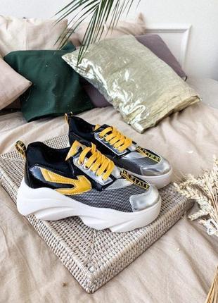 Кроссовки с желтыми вставками