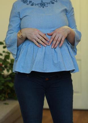 Блуза с воланами и вышивкой для беременных