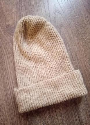 Теплая вязаная шапочка бежевого цвета