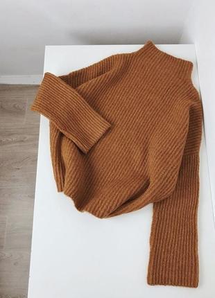 Красивый коричневый свитер с горловиной
