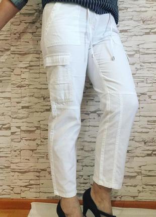 Укороченные белые джинсы размер 46 накладные карманы, пояс регулируется шнуровкой