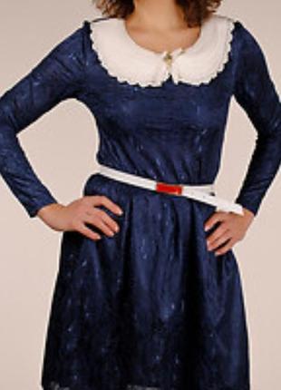 Нарядное платье с брошкой и поясом