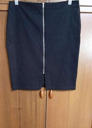 Черная юбка-карандаш на молнии размера 50-52.