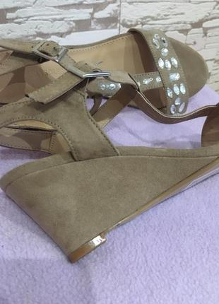 Новые босоножки от мирового бренда ортопедической обуви со стразами, на танкетке