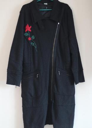 Шерстяное пальто с вышивкой