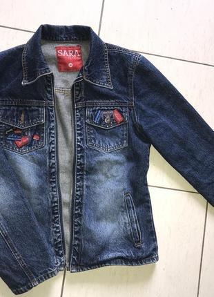 Джинсовый актуальный синий пиджак с крутыми нашивками