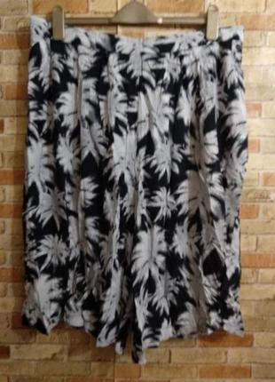Вискозные свободные шорты в принт пальмы 18/52-54 размера