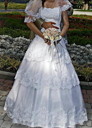 Свадебное платье расшитое бисером кружево открытые плечи