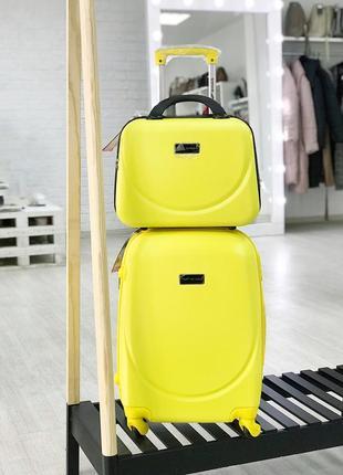 Чемодан из поликарбоната пластиковый маленький для ручной клади желтого цвета.