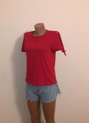 Базовая красная футболка mango с открытыми плечиками. р-р s