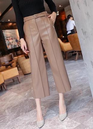 Кожаные брюки бежевого цвета
