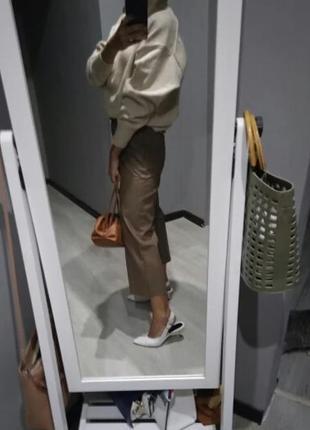 Кожаные брюки бежевого цвета5 фото