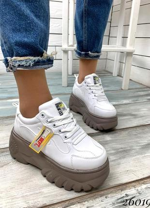 Классные демисезонные ботинки на платформе белые